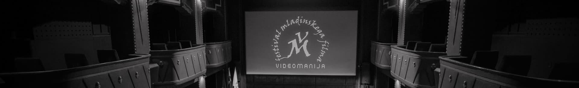 kino dvorana s platnom v ozadju n akaterem se prikazuje logotip Videomanije